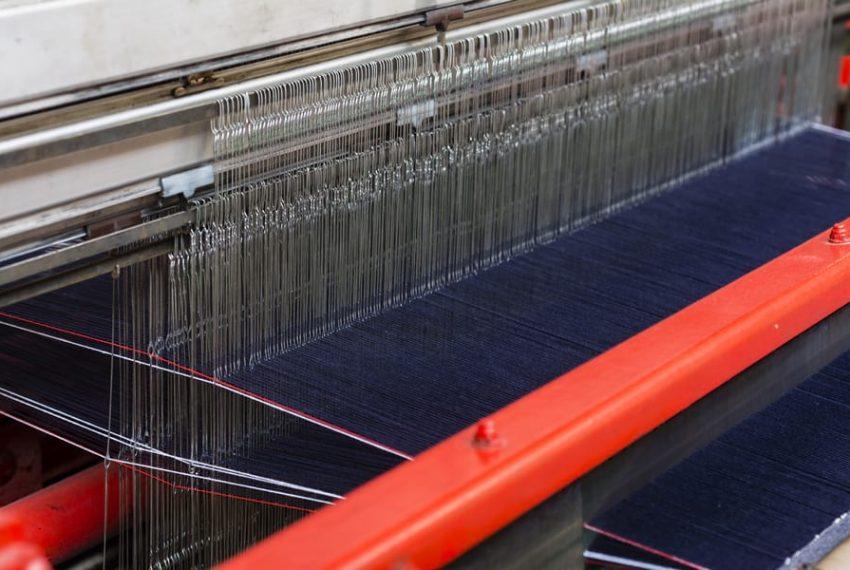 Gros plan sur le tissage du tissu des jeans 1083.
