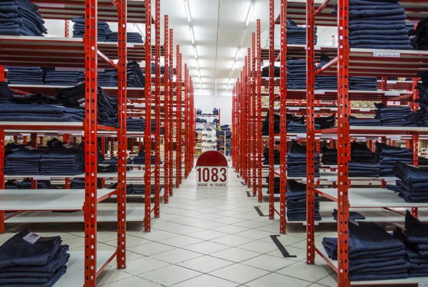Vue en perspective sur les racks de stockage des jeans 1083.