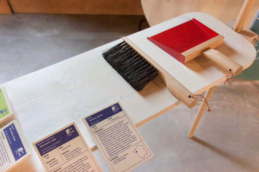 Pelle à poussière et balayette de la marque Andrée Jardin, conçus par le duo des designers Mr & Mrs Clynk. L'histoire de cette aventure est racontée dans l'exposition Design & Savoir-faire.