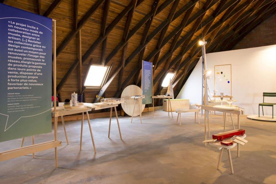 Les différents modules de l'exposition Design et savoir-faire, sous la charpente du Musée du verre de Meisenthal.