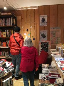 Les visiteurs s'arrêtent dans la librairie pour regarder les boules de Noël.